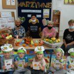 Zdjęcie grupowe z zaproszonymi gośćmi, dziećmi oraz z emblematami owoców