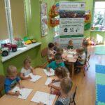 dzieci kolorują obrazek 1