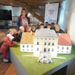dzieci oglądają miniaturę pałacu z Obiszowa 1