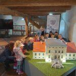 dzieci oglądają miniaturę pałacu z Obiszowa 2