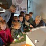 dzieci oglądają miniaturę pałacu z Obiszowa 3