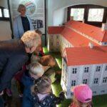 dzieci oglądają miniaturę pałacu z Rzeczycy