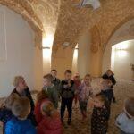 dzieci podziwiają freski na suficie w spichlerzu