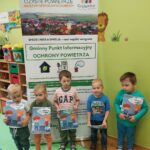dzieci przy plakacie czyste powietrze