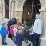 dzieci przy ruinach zamku w Grębocicach 1