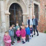 dzieci przy ruinach zamku w Grębocicach