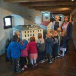przedszkolaki oglądają miniaturę pałacu